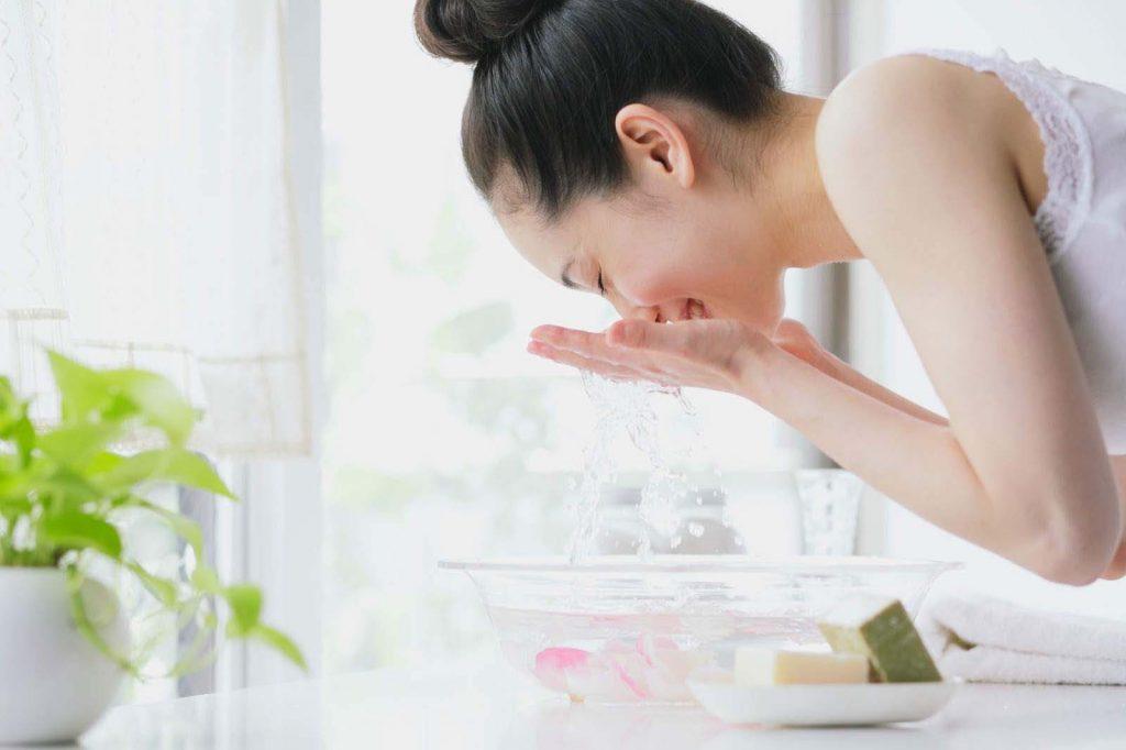 Vệ sinh da mặt để trị mụn trứng cá quanh miệng