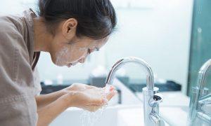 Rửa mặt khi bị mụn trứng cá