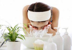 Dùng sữa rửa mặt khi bị mụn trứng cá