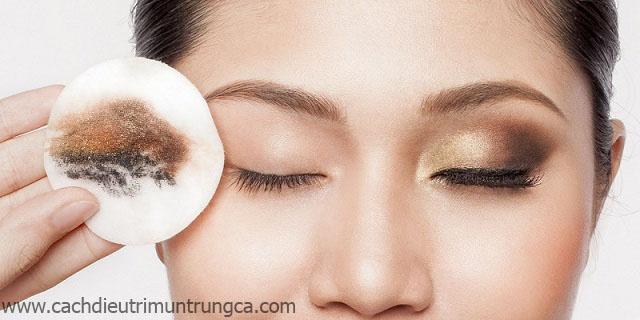 Vệ sinh da mặt để loại bỏ mụn đầu đen