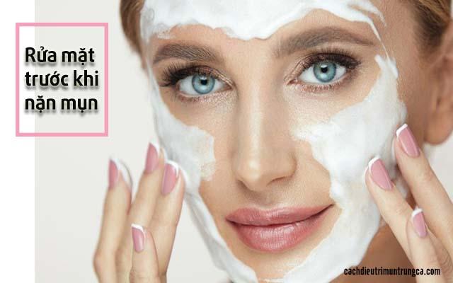 cần làm sạch mặt trước khi nặn mụn