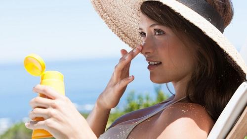 Bôi kem chống nắng cho làn da khô