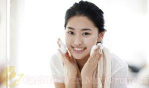 Rửa mặt để chăm sóc da dầu