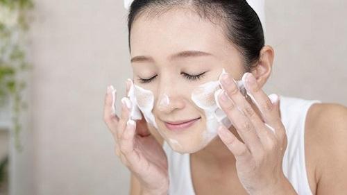 Rửa mặt là bước thứ 2 trong chăm sóc da dầu