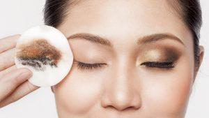 Loại bỏ lớp trang điểm để chăm sóc da mặt ban đêm