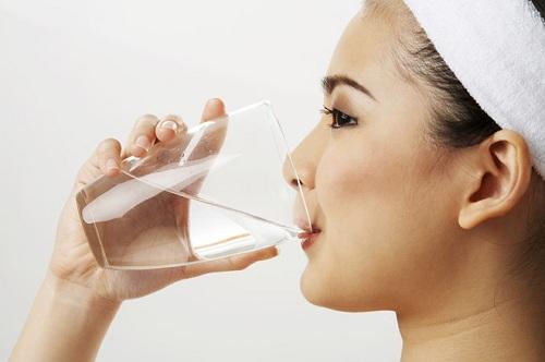 Chăm sóc da mặt chống lão hóa bằng cách uống nhiều nước