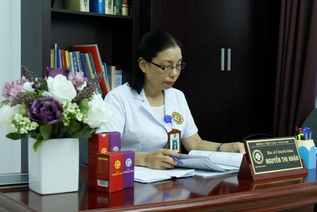 Bác sĩ Nguyễn Thị Nhặn tại Trung tâm Da liễu Đông y Việt Nam
