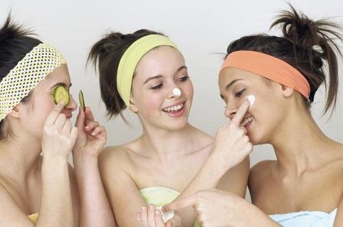 Dưỡng ẩm da là cách chăm sóc da cho tuổi dậy thì