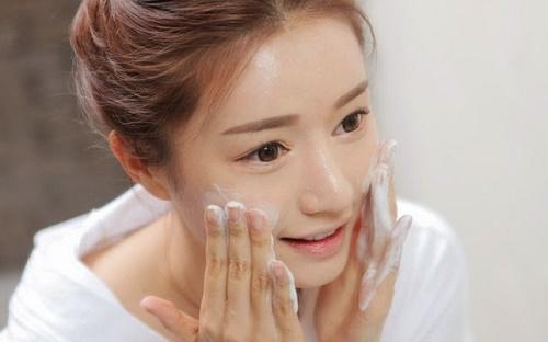 Tẩy tế bào chết là cách chăm sóc da mặt vào mùa đông