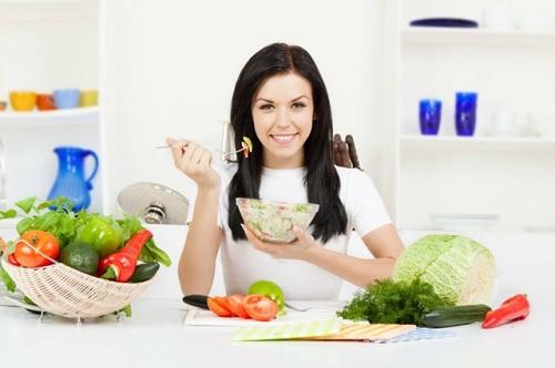 Trị mụn ở trán nhờ chế độ ăn uống thích hợp