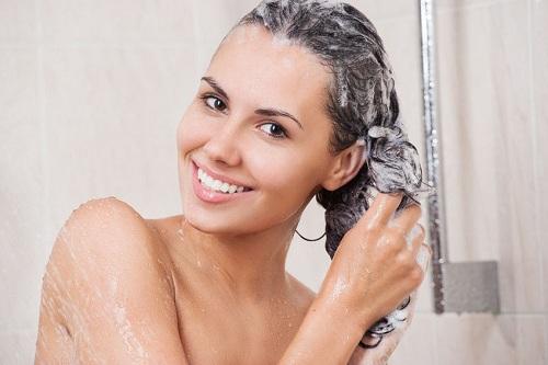 Mái tóc sạch sẽ giúp ngăn ngừa mụn ở trán