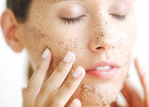 Tẩy tế bào chết để chăm sóc da mặt bị nám