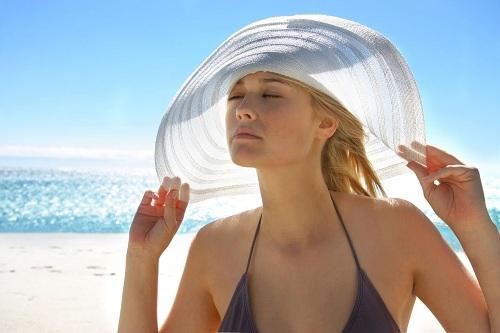 Hạn chế tiếp xúc với mặt trời để chăm sóc da mặt bị nám