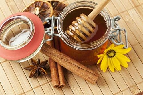 Trị mụn đỏ ngứa và sưng to bằng mật ong và quế