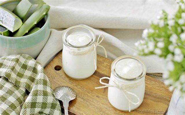 Cách trị vết thâm mụn bằng nha đam và sữa chua không đường