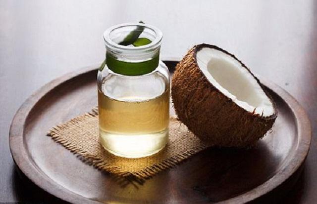 Trị mụn cám trên cằm và má bằng dầu dừa