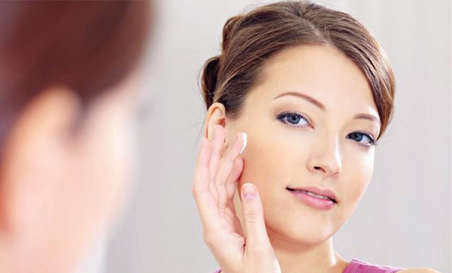 Sử dụng mỹ phẩm trị mụn là phương pháp khá phổ biến