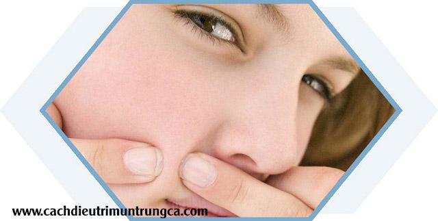 Mụn tái phát liên tục ở cùng một chỗ trên da mặt do nặn phá không đúng cách