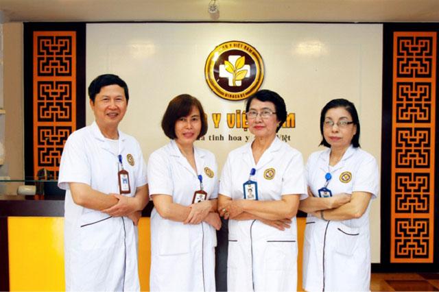 Bác sĩ Nhặn và đồng nghiệp Tại Trung tâm Da liễu Đông y Việt Nam