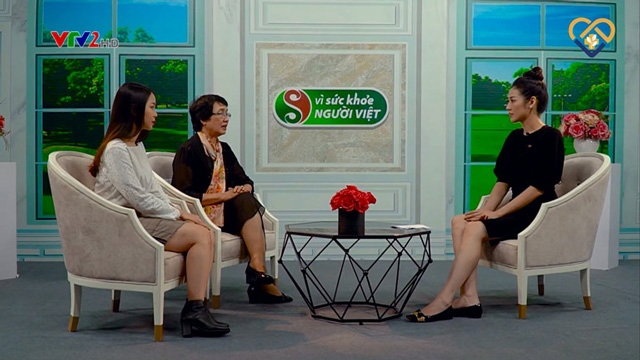 Bác sĩ Nguyễn Thị Nhuần và khách mời Huyền Anh chia sẻ phương pháp hỗ trợ trị mụn hiệu quả trên VTV2