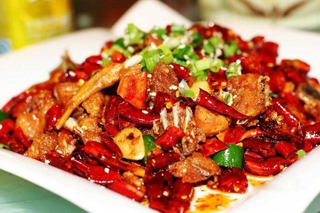 Người bị mụn nên tránh ăn đồ cay nóng để không kích thích vi khuẩn mụn