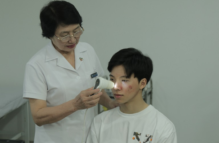 Tình trạng mụn trên da mặt Hiếu thông qua máy soi da