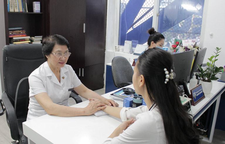 Bác sĩ Nhuần thăm khám da cho chị Trang